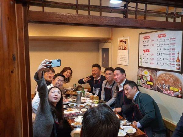 최태원 SK그룹 회장(오른쪽 두 번째)이 지난 19일 저녁 회사 근처 식당에서 SK 직원들과 회식하던 중 셀카를 촬영하고 있다. ⓒSK