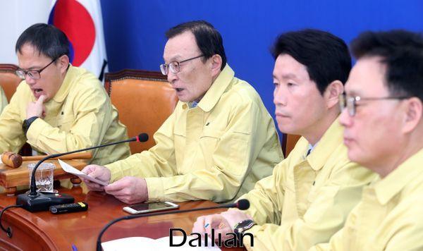 21일 민주당 지도부가 민방위복을 착용하고 최고위원회의를 진행하고 있다. ⓒ데일리안 박항구 기자