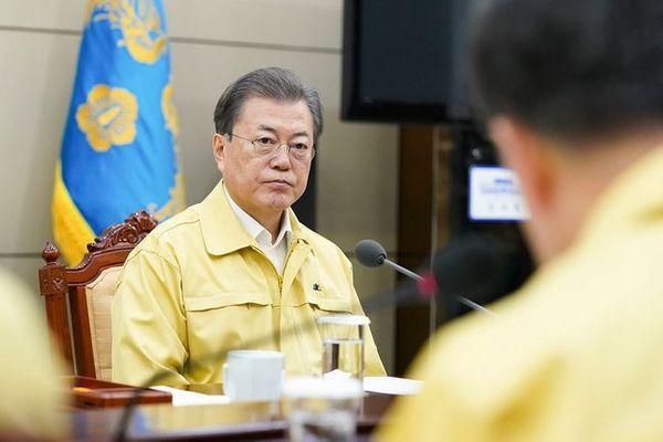 문재인 대통령이 21일 청와대에서 정세균 국무총리 등으로부터 신종 코로나 바이러스 감염증(코로나19) 대응 관련 긴급보고를 받고 있다. ⓒ청와대
