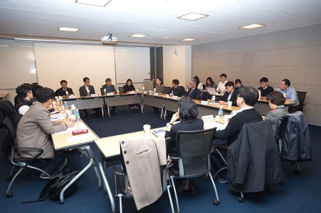 과학기술정보통신부가 21일 오후 서울 중구 대한상공회의소에서 개최한 '범부처 감염병 연구개발(R&D) 관련 전문가 간담회'에서 참석자들이 이야기를 나누고 있다.ⓒ과학기술정보통신부