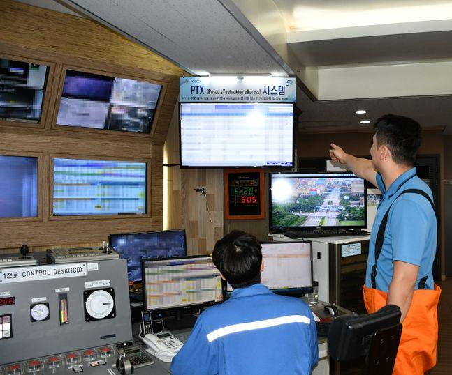 포항제철소 제강부 직원이 PTX 상황판을 보며 조업 상황을 확인하고 있다.ⓒ포스코