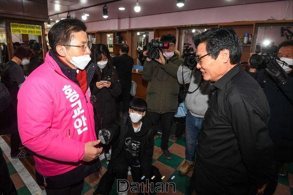 황교안 미래통합당 대표가 21일 오전 서울 종로구 탑골공원 인근 이발소에서 이발소 운영자와 대화를 하고 있다. ⓒ데일리안 홍금표 기자