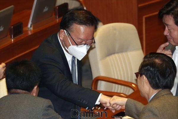 김부겸 더불어민주당 의원이 20일 오전 서울 여의도 국회 본청에서 열린 국회 본회의에 참석하며 동료의원들과 인사를 하고 있다. ⓒ데일리안 홍금표 기자