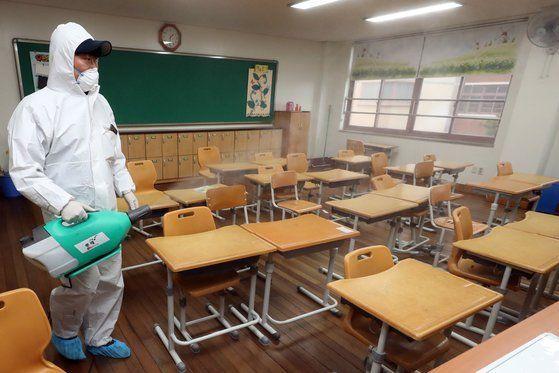 교육부가 현 시점에서 신종 코로나바이러스 감염증(코로나19) 후속조치로 전국 초중학교 개학을 연기할 계획이 없다고 밝혔다.(자료사진) ⓒ연합뉴스