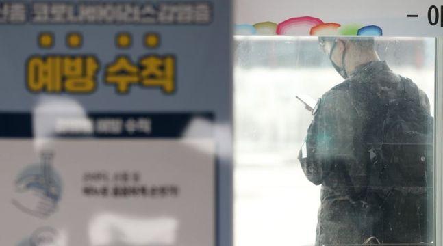 지난 21일 강원 양구군 시외버스터미널에서 한 군인이 버스를 기다리고 있다.ⓒ연합뉴스