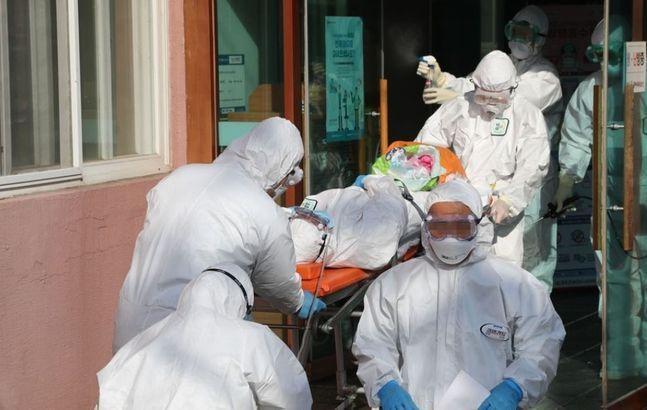 지난 21일 오후 경북 청도대남병원에 입원 중인 환자가 다른 병원으로 이송되고 있다.ⓒ연합뉴스