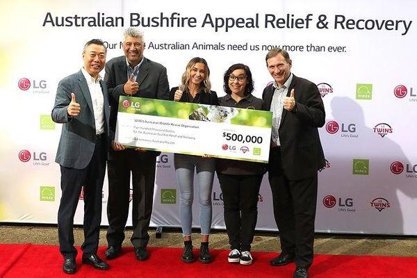 임상무 LG전자 호주법인장(맨 왼쪽)이 22일 호주 야생동물 보호 비영리단체 '와이어스'에 기부금 50만 호주달러를 전달한 후 관계자들과 기념촬영을 하고 있다.ⓒLG전자
