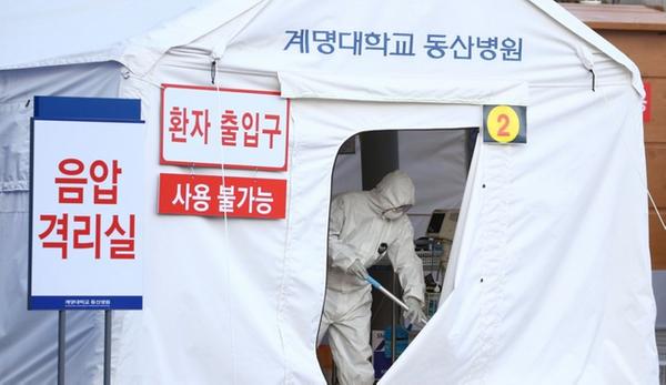 지난 21일 대구시 달서구 계명대학교 동산병원 외부에 이동식 음압격리실이 설치되고 있다.ⓒ연합뉴스