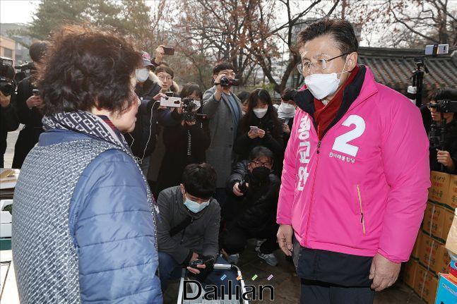 황교안 미래통합당 대표가 지난 21일 오전 서울 종로구 탑골공원 인근 낙원동 일대에서 상인들을 만나 인사를 나누고 있다. ⓒ데일리안 홍금표 기자