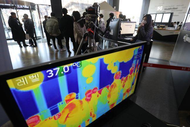서울시내 한 빌딩에 코로나19 바이러스 예방을 위한 열화상 카메라가 운용되고 있다.ⓒ데일리안 류영주 기자