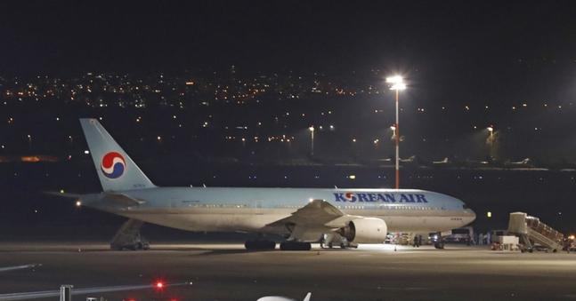 22일(현지시간) 이스라엘 텔아비브 인근 벤구리온 국제공항에 한국에서 출발한 여객기 한 대가 착륙한 뒤 정차해 있다.ⓒ연합뉴스