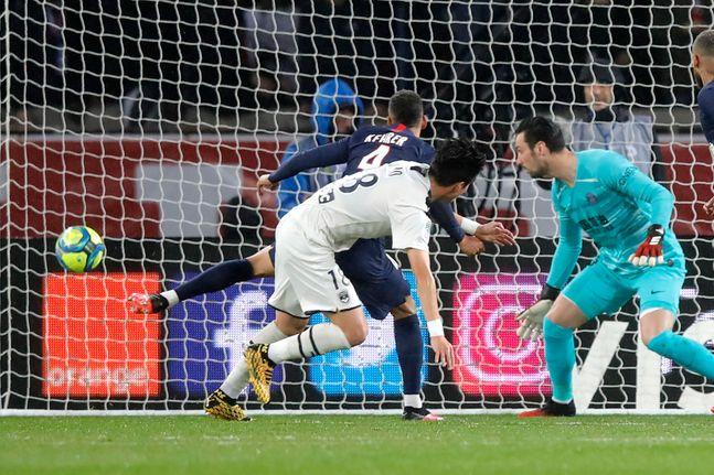 황의조가 PSG와의 '2019-20 프랑스 리그앙' 26라운드 원정경기에서 전반 18분 헤더로 선제골을 터뜨리고 있다. ⓒ 뉴시스
