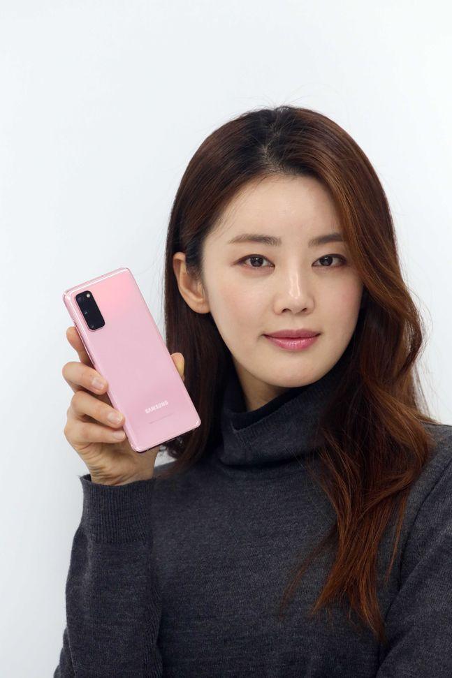 LG유플러스 모델이 삼성전자 '갤럭시S20' 클라우드 핑크를 소개하고 있는 모습.ⓒLG유플러스