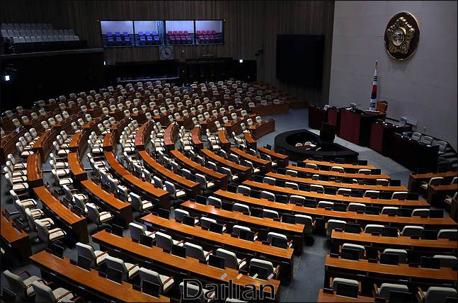 불이 꺼진 채 텅 비어있는 국회 본회의장(자료사진). ⓒ데일리안 박항구 기자