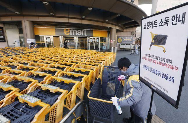 이마트 월계점에서 직원들이 고객용 카트 소독작업을 하고 있는 모습.ⓒ이마트