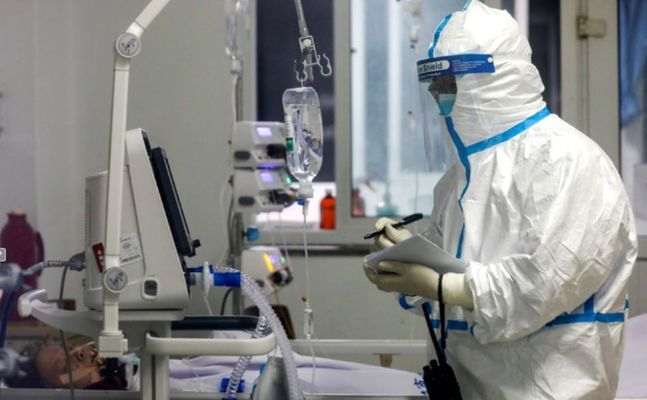 지난 16일(현지시간) 중국 후베이성 우한의 진인탄 병원에서 방호복으로 무장한 한 의료인이 신종 코로나바이러스 감염증(코로나19) 환자의 상태를 기록하고 있다.ⓒAP,뉴시스