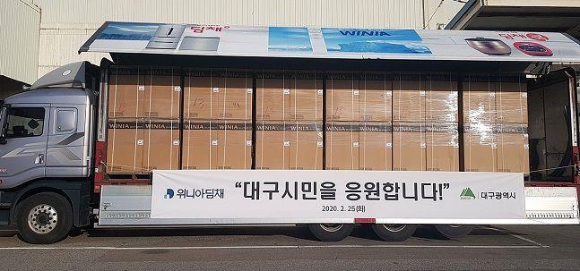 위니아딤채는 25일 대구광역시에 세탁기 100대를 기증한다고 밝혔다. 사진은 위니아세탁기 100대를 실은 화물차 모습.ⓒ위니아딤채