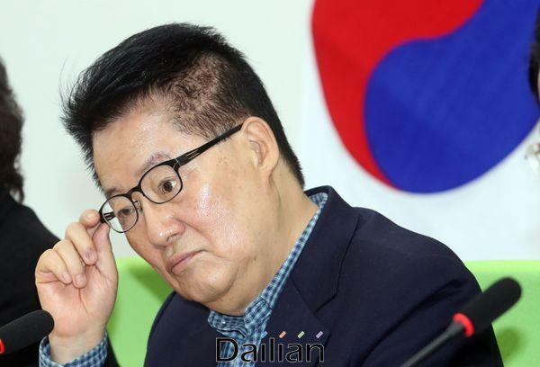 박지원 민생당 의원이 13일 오전 국회에서 열린 최고위원회·국회의원 연석회의에서 안경을 만지고 있다. ⓒ데일리안 박항구 기자