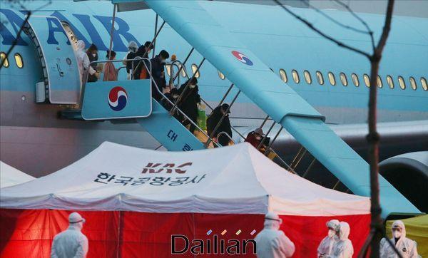 정부 전세기에서 탑승객이 내리고 있다(자료사진). ⓒ데일리안 홍금표 기자
