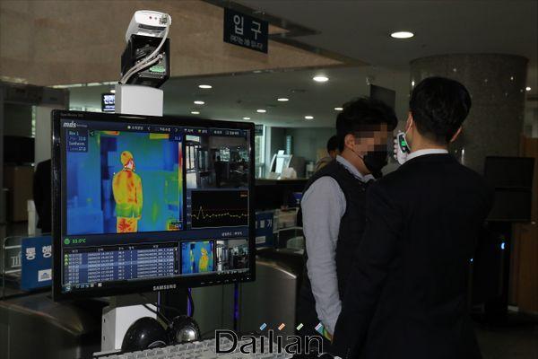 열화상 카메라로 출입자 체온을 확인하고 있다(자료사진) ⓒ데일리안 홍금표 기자