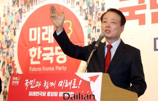 5일 오후 국회 도서관 대강당에서 열린미래한국당 중앙당 창당대회에서 당대로 선출된 한선교 대표가 수락연설을 하고 있다.ⓒ데일리안 박항구 기자