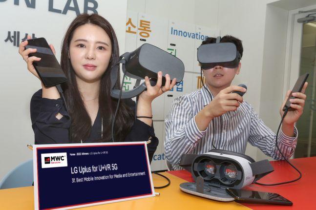 LG유플러스가 자사 5세대 이동통신(5G) 핵심 서비스인 U+VR이 세계이동통신사업자연합회(GSMA)가 주관하는 '모바일월드콩그레스(MWC) 2020'에서 모바일 미디어 엔터테인먼트 혁신상을 수상했다고 26일 밝혔다. 사진은 모델들이 U+VR 서비스를 소개하는 모습.ⓒLG유플러스