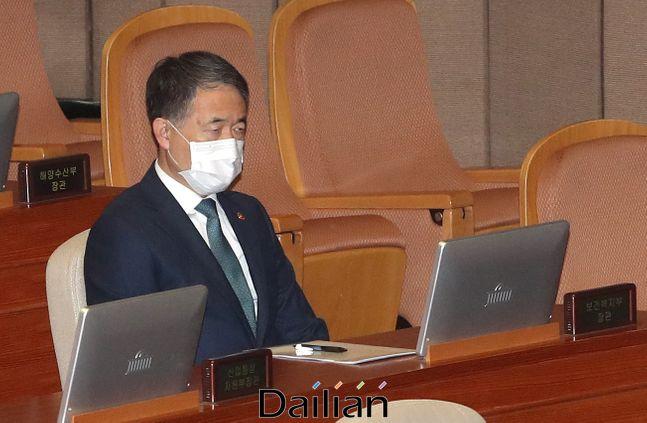 박능후 보건복지부 장관이 26일 오후 열린 국회 본회의에 참석해 '코로나 3법'(검역법·의료법·감염병 예방·관리법 개정안) 처리를 지켜보고 있다. ⓒ데일리안 박항구 기자