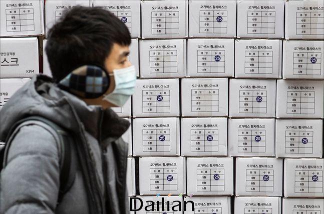 신종 코로나 바이러스 감염증(우한 폐렴)의 확산으로 국내에서도 확진 환자가 발생한 가운데 지난달 28일 오후 서울 명동의 한 약국 앞에서 마스크를 착용한 관광객의 너머로 마스크 제품 박스가 쌓여 있다. (자료사진) ⓒ데일리안 홍금표 기자
