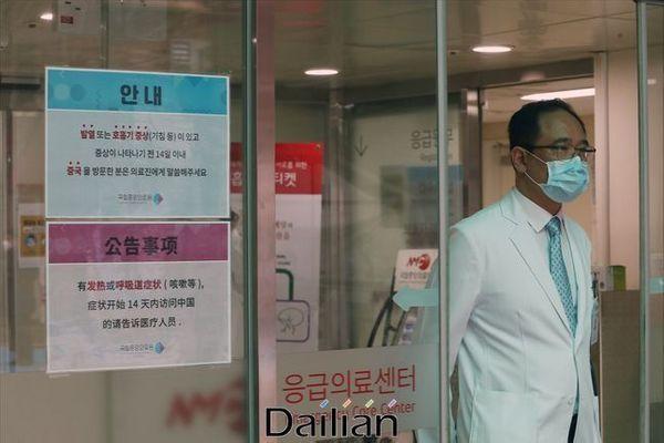 마스크를 착용한 의료진이 국립중앙의료원 응급의료센터 출입문을 통과하고 있다(자료사진). ⓒ데일리안 홍금표 기자