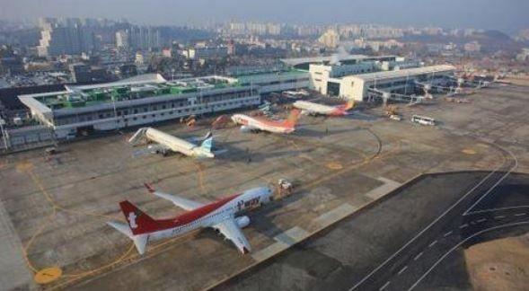 항공업계가 코로나19(신종 코로나 바이러스 감염증) 확산으로 인한 수요 급감 속에 직원 확진자까지 발생하면서 악재 도미노에 휘청이고 있다. 사진은 대구국제공항 전경.ⓒ연합뉴스