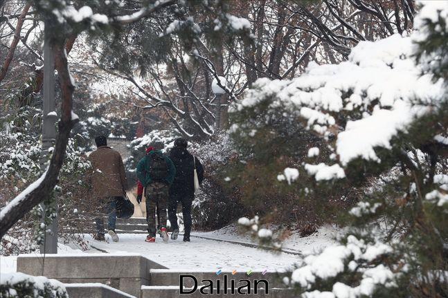 서울지역에 눈이 내리며 영하의 날씨를 기록하고 있는 가운데 17일 오전 서울 종로구 부암동에 위치한 북악산 탐방로 입구로 시민들이 들어가고 있다.(자료사진) ⓒ데일리안 홍금표 기자