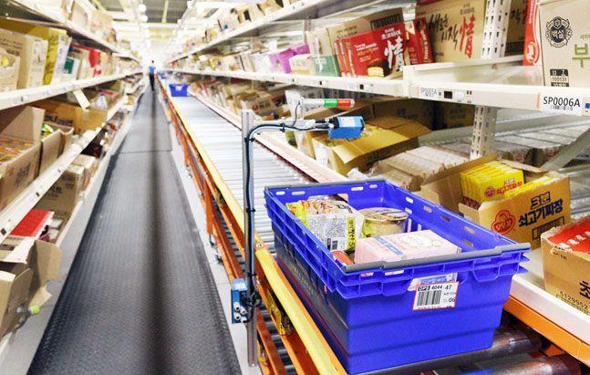 홈플러스 원천 FC에서 피킹을 마친 온라인 상품들이 배송차량으로 이동하는 모습.ⓒ홈플러스