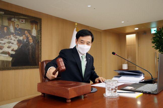 이주열 한국은행 총재가 27일 서울 중구 한국은행에서 열린 금융통화위원회에서 의사봉을 두드리고 있다.ⓒ한국은행