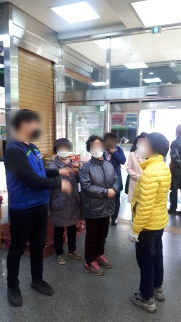 수도권 한 농협 하나로마트에서 마스크를 미처 구입하지 못한 시민들이 직원에게 문의하고 있다.ⓒ데일리안
