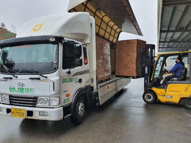 28일 농협 평택물류센터에서 마스크 배송을 위한 상차작업이 이뤄지고 있다.ⓒ농협
