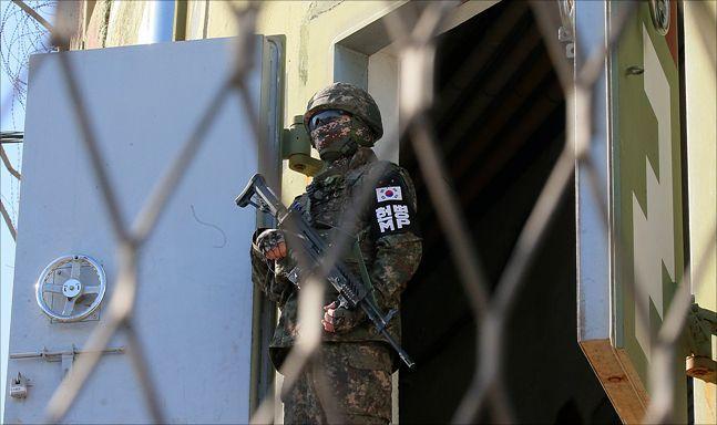 경계임무를 수행하고 있는 군인(자료사진). ⓒ사진공동취재단