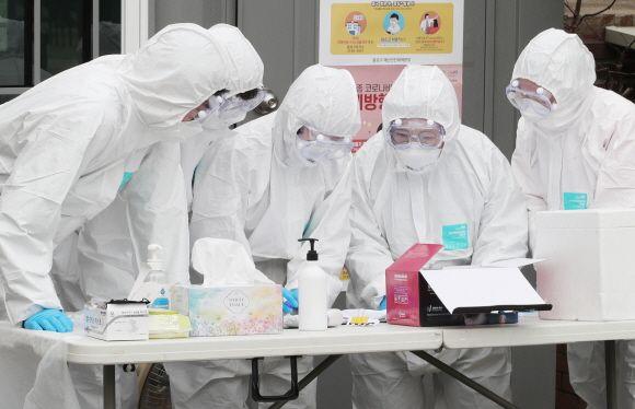 신종 코로나 바이러스(코로나19) 확진자가 계속해서 증가하고 있는 가운데 서울 종로구 보건소 선별진료소에서 의료진들이 시민들에게 진료 안내를 하고 있다. ⓒ데일리안 류영주 기자