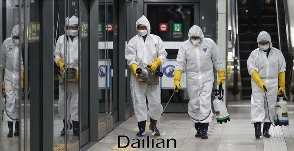 28일 오후 서울 지하철 5호선 광화문역에서 서울교통공사 관계자들이 코로나19 예방을 위한 방역작업을 진행하고 있다. ⓒ데일리안 홍금표 기자
