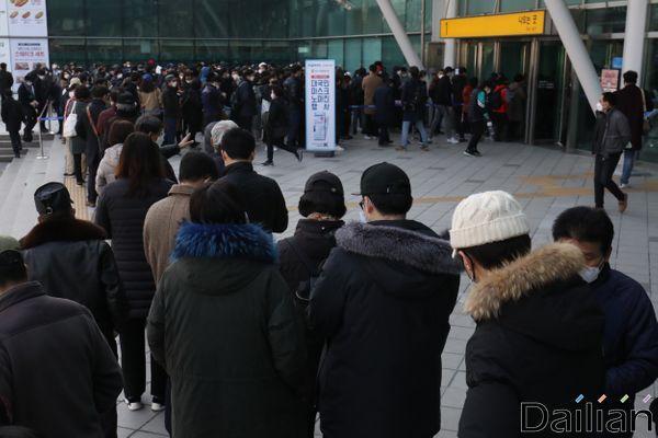 마스크를 구하려는 시민들이 서울역 앞에서 줄을 길게 늘어서 있다. ⓒ데일리안 류영주 기자
