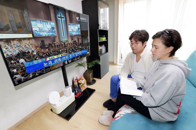 KT 모델들이 올레 tv를 통해 종교활동을 할 수 있는 '우리교회tv' 서비스를 이용하고 있다.ⓒKT