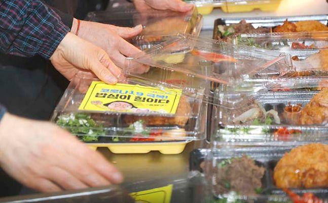 도시락 업체에서 송파구 관계자들이 급식 지원이 필요한 한부모·저소득층 아이들을 위해 도시락을 포장하고 있다. ⓒ뉴시스