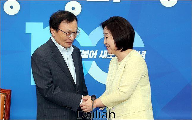 이해찬 더불어민주당 대표가 지난해 7월 15일 오후 국회 대표실을 방문한 심상정 정의당 대표와 인사를 나누고 있다. (자료사진) ⓒ데일리안 박항구 기자