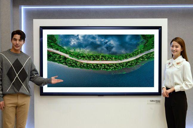 LG전자 모델들이 갤러리 디자인을 적용한 2020년형 TV 신제품 'LG 올레드 인공지능(AI) 씽큐' GX모델을 소개하고 있다.ⓒLG전자