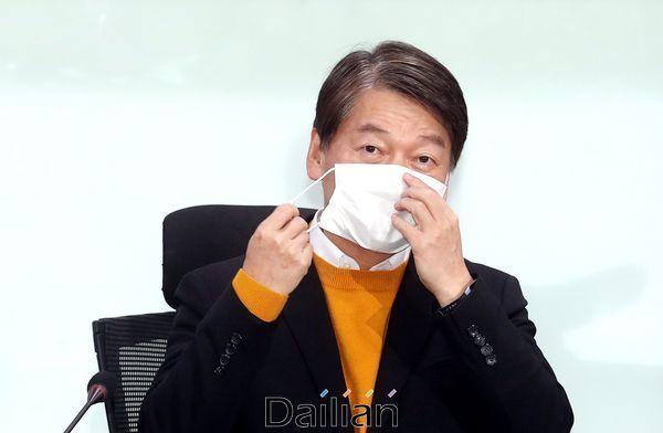 안철수 국민의당 대표가 지난달 24일 오전 국회 의원회관에서 열린 제1차 최고위원회의에 참석해 마스크를 벗고 있다. ⓒ데일리안 박항구 기자