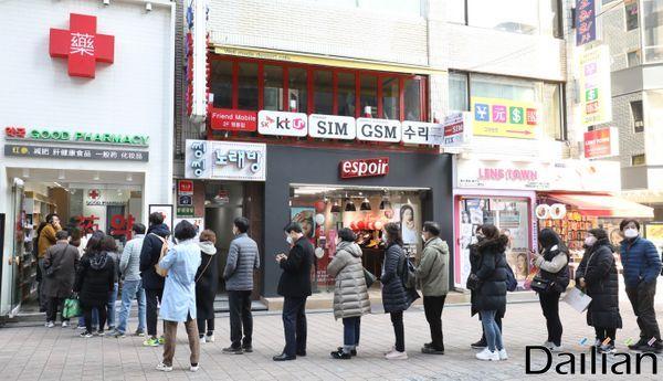 지난 6일 오전 서울 중구 명동의 한 약국에 공적마스크를 사려는 시민들이 줄을 서고 있다. ⓒ데일리안 류영주 기자