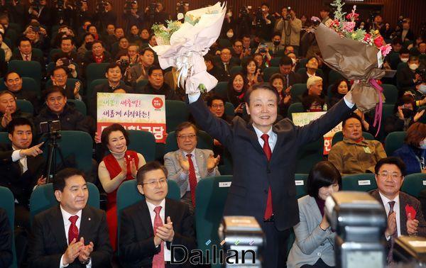 지난달 5일 오후 국회 도서관 대강당에서 열린 미래한국당 중앙당 창당대회에서 당대로 선출된 한선교 대표가 두 팔을 들어올려 인사하고 있다. ⓒ데일리안 박항구 기자