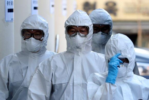 국민의당 안철수(가운데) 대표 등 의료진이 4일 대구 계명대 동산병원에서 코로나19 확진자 진료를 하기 위해 방호복을 입고 병동으로 들어가고 있다. ⓒ연합뉴스