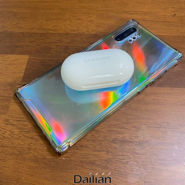 삼성전자 스마트폰 '갤럭시노트10 플러스' 무선충전 기능으로 무선 이어폰 '갤럭시 버즈 플러스'를 충전하는 모습.ⓒ데일리안 김은경 기자