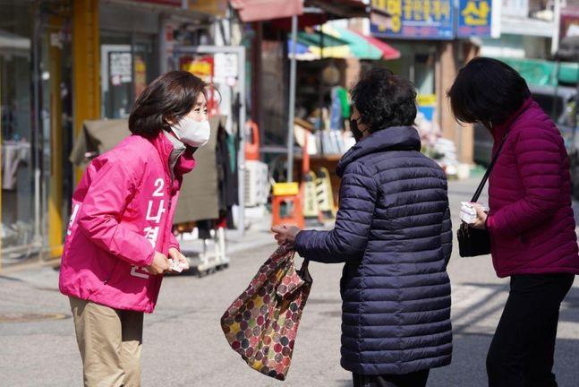 나경원 의원이 지난 13일 남성사계시장에 들러 지역주민과 이야기를 나누고 있다. ⓒ나경원 캠프 제공