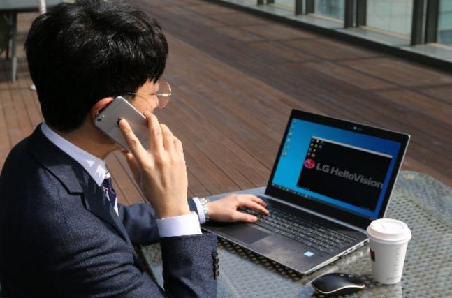 한 영업사원이 LG헬로비전 vCloud PC를 활용해 외부에서 업무를 처리하고 있다.ⓒLG헬로비전